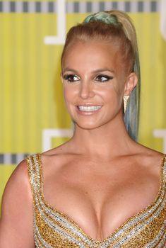 Шикарная грудь Бритни Спирс в сексуальном наряде на MTV Video Music Awards, 2015