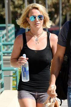 Красотка Бритни Спирс гуляет без лифчика в Westlake Village, 01.10.2014