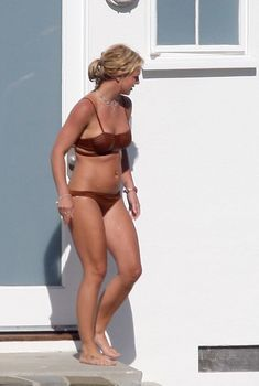 Секси Бритни Спирс гуляет в бикини по двору, 2008