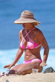 Фигуристая Бритни Спирс в сексуальном бикини на Гавайях, 31.03.2016