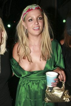 Бритни Спирс случайно оголила грудь на публике, 2007
