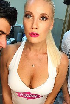 Секси Елена Летучая в купальнике с глубоким декольте в программе «Ревизорро»