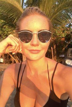 Красотка Елена Летучая в купальнике делает селфи