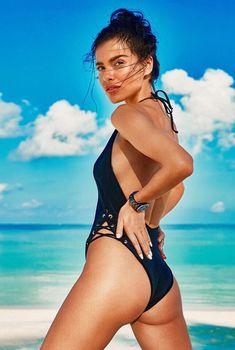 Грациозная Елена Темникова в купальниках на пляже