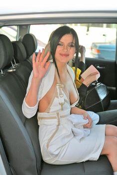 Открытое декольте Елены Темниковой в машине