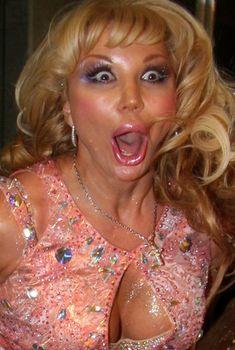 Открытое декольте Маши Распутиной в розовом платье