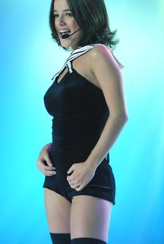 Пышногрудая Ализе в сексуальном наряде на сцене