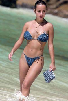 Шикарная Ализе в сексуальном бикини на пляже, 2008