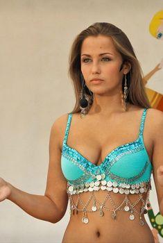 Сексуальная Аглая Шиловская в эротическом наряде в фильме «Няньки», 2012