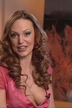Открытое декольте Аллы Довгаловой на скринах