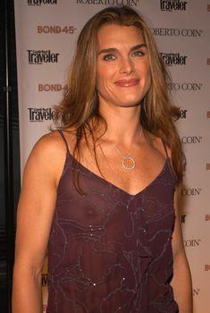 Красивая Брук Шилдс засветила грудь в прозрачном платье