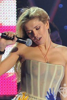 Крупные соски Веры Брежневой засветились в прозрачном платье на сцене