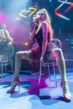 Горячая Вера Брежнева расставляет ножки на концерте