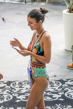 Сексуальная Виктория Джастис в ярком купальнике на Саус-Бич, 16.07.2016