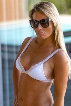 Сексуальная Дана Борисова в лифчике позирует на камеру