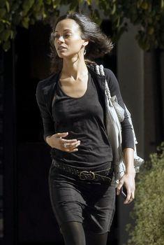 Изящные соски Зои Салдана торчат сквозь блузу в Западном Голливуде, 03.02.2010