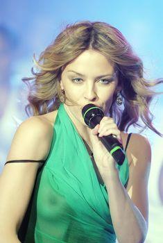 Красотка Кайли Миноуг показала голую грудь в прозрачном наряде на сцене