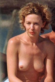 Обнажённую грудь Кайли Миноуг застукали папарацци на пляже, 1998