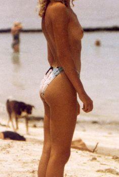 Молодая Кайли Миноуг отдыхает топлесс на пляже