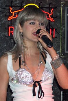 Открытое декольте Натали во время концерта