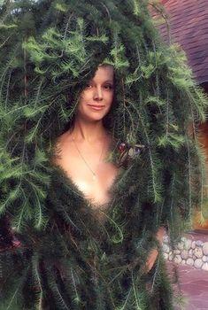 Красотка Натали снялась обнажённой в ёловых ветвях, Август 2016