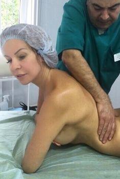 Эротичная Наталья Штурм топлесс наслаждается массажем