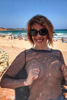 Привлекательная Наталья Штурм показала голую грудь в Испании, 2017