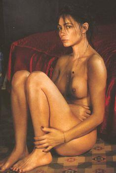 Абсолютно обнажённая Эммануэль Беар на чувственных фото