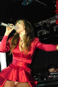 Сексуальная Анна Седокова засветила трусики на концерте