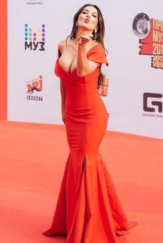 Шикарное декольте Анны Седоковой в сексуальном платье на вручении премии МУЗ-ТВ, 2016