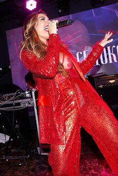 Горячая Анна Седокова засветила грудь на концерте, 19.11.2017