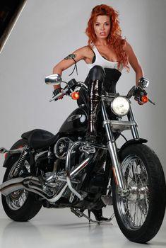 Горячая красотка Карина Зверева в эротической фотосессии с мотоциклом