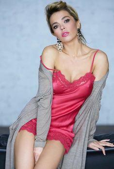 Красивая Карина Зверева в эротическом наряде позирует на камеру