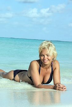 Красотка Карина Зверева в бикини на пляже