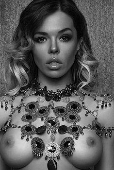 Голая грудь Карины Зверевой на фото из журнала Maxim, 2016