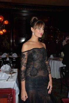 Грудь Оксаны Федоровой засветилась сквозь прозрачное платье