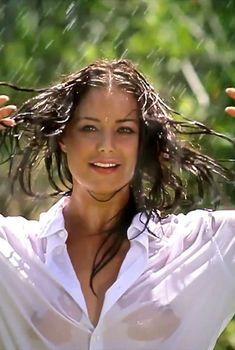 Сексуальная Оксана Федорова засветила грудь в мокрой рубашке для клипа «Из-за тебя», 2013