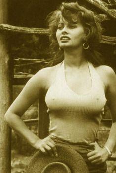 Соски Софи Лорен торчат сквозь майку на старом фото