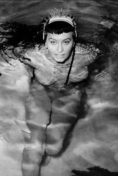 Горячая Софи Лорен оголила грудь под водой в фильме Two Nights with Cleopatra, 1953