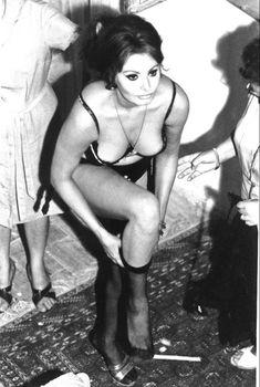Сексуальная Софи Лорен в эротическом нижнем белье