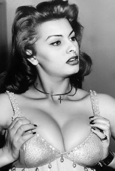 Пышная грудь Софи Лорен на старом фото