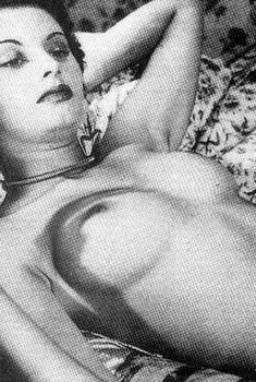 Молодая Софи Лорен оголила грудь для фото