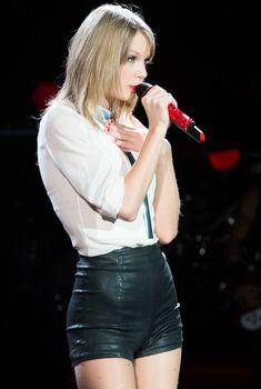 Оттопыренная попка Тейлор Свифт в обтягивающих шортах на сцене