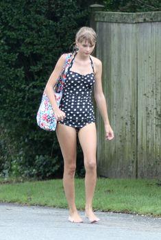 Хрупкая Тейлор Свифт в женственном купальнике в Kennedy's Family's Compound, 12.08.2012