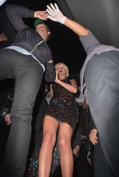 Оголённые ножки Тейлор Свифт в возбуждающем наряде в Nice Guy Club, 28.04.2016