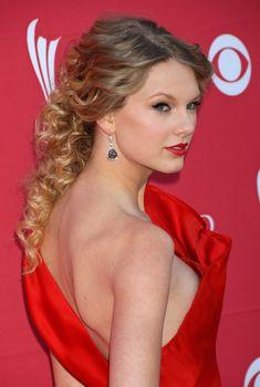 Горячая Тейлор Свифт засветила сосок на светском мероприятии