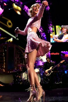 Сексуальная Тейлор Свифт в эротическом наряде на сцене iHeartRadio Music Festival, 2014