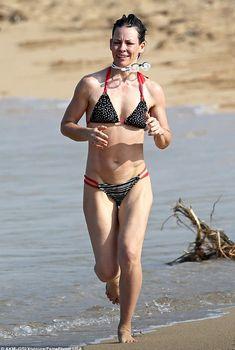 Красотка Эванджелин Лилли в бикини на Гавайях, 2017