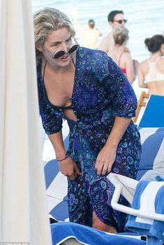 Соблазнительное декольте Эмили Бетт Рикардс на пляже, 2016