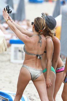 Горячая Эмили Бетт Рикардс в стильном купальнике на Майами, 23.04.2015